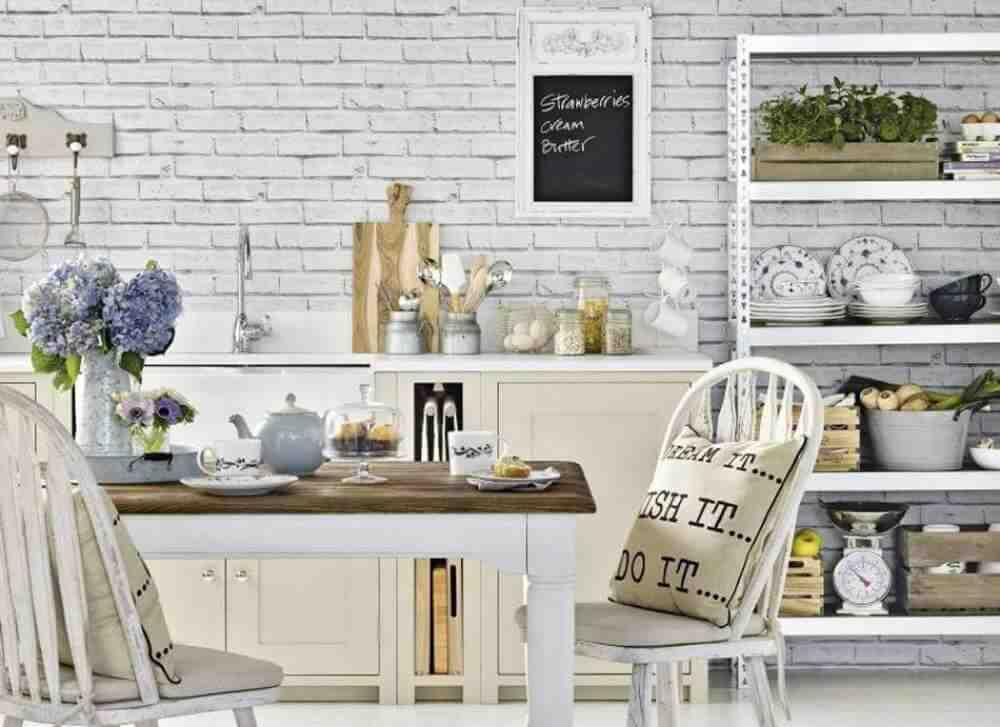 Comment décorer un mur blanc de salle à manger ?